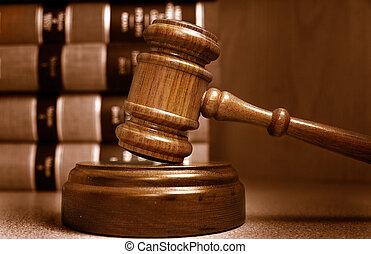 Richter Hammer und Gesetzesbücher stapelten hinterher