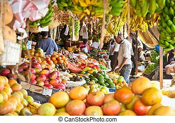 Ripe Früchte gestapelt auf einem lokalen Markt in Nairobi.