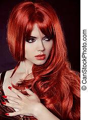 Rote Haare. Modemädchenportrait mit langen Locken, isoliert auf schwarzem Hintergrund. Nagellack.