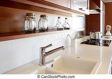 Rote Holzküche, weiße Küchenbank
