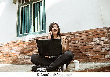 rufen frau, arbeitende , laptop, sie, beweglich