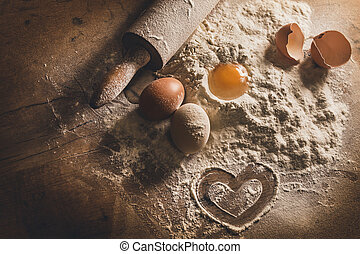 Rustisches Backen mit Herzsymbol in Mehl.