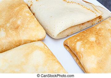 Süßer Pfannkuchen auf dem weißen Teller.