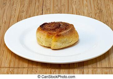 Süßkäse-Pfannkuchen auf weißem Teller