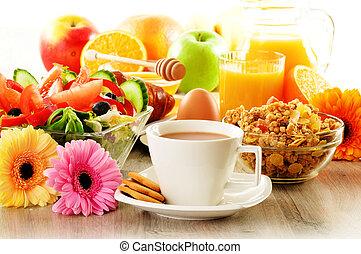 salat, croissant, bohnenkaffee, saft, muesli, fruehstueck, ei