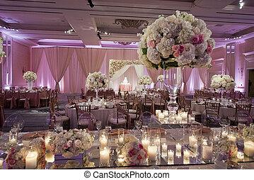 Schön dekorierter Hochzeitsballsaal.