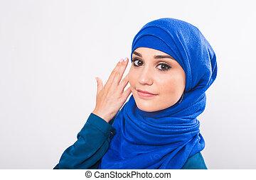 Schöne asian muslim Frau Modell posing auf weißem Hintergrund in Studio.
