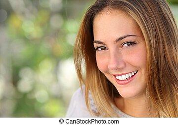 Schöne Frau mit einem weißen, perfekten Lächeln.