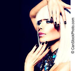 Schöne Frau mit weißem Haar und schwarzen Nägeln über Schwarz