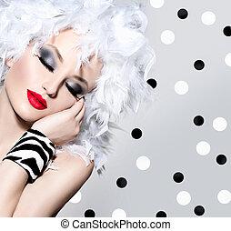 Schöne Model-Mädchen mit weißen Federn Haarstyle.