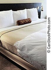 Schlafzimmer mit bequemem Bett