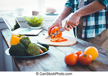 Schließen Sie den Küchentisch während der Vorbereitung