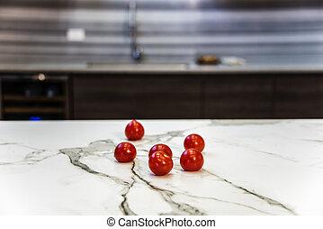 Schließen Sie die neue moderne Küche mit Tomaten.