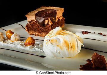 Schließen Sie hausgemachte Schokolade und Karamellcreme Dessert.