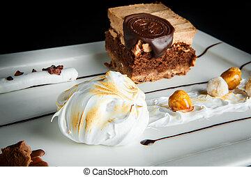 Schließen Sie köstliche Schokolade und Karamellcreme Dessert.
