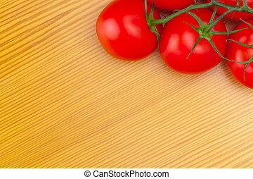 Schließen Sie Studioaufnahmen von Tomaten auf Holztisch.