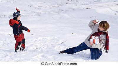 Schneeball-Spaß im ersten oder letzten Winter
