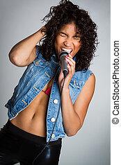 Schwarze Frau singt.