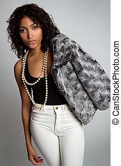 Schwarze Modefrau