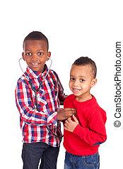 Schwarzes afroamerikanisches Kind mit Stethoskop