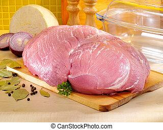 Schweineschinken in der Küche mit Glasbackofen