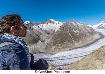 schweiz, sitzt, junger, glacier., groß, schauen, frau, aletsch
