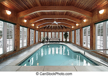 Schwimmbecken mit Holzdeckelstrahlen