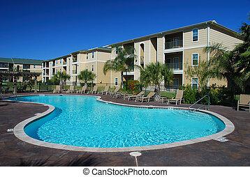 Schwimmbecken und Apartmenthäuser
