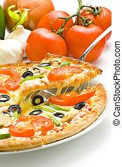Selbstgemachte Pizza mit frischem Tomaten-Oliven-Pilzkäse