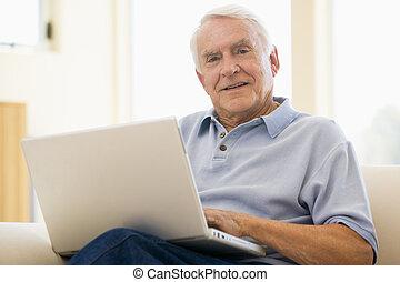 Senior, Mann,laptop, Computer, zuhause, Sofa, Brauen, Surfen, Interne.