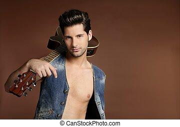 Sexy junger Musiker, Gitarrenspieler auf Braun