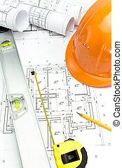 Sicherheits-Orange Helm und Niveau auf Projektzeichnungen.