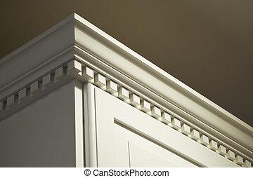 Solide Holzküchenschrankkrone schimmeln bis ins Detail