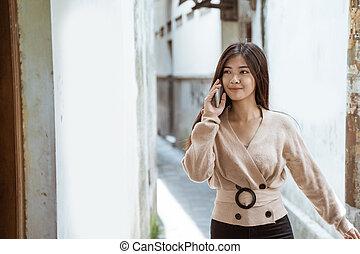 sprechende , gehen, telefon, während, frau, stadt