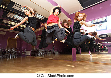 Spring-Dancing-Kollektiv vor der Aussage