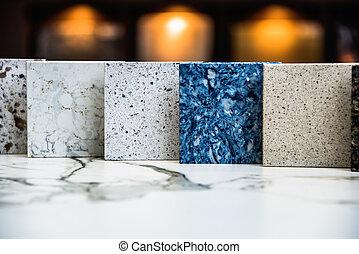 Stehende Platten verschiedener Kontrahenten Topfarbe und Designs.
