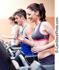 stehende , zentrum, schöne , musik, weibliche , maschine, athlet, zuhören, rennender , fitness