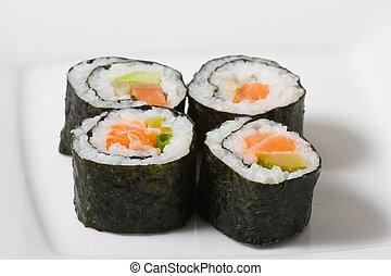 Sushi-Rolle auf weißem Teller