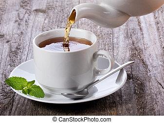 Tee in Tee zu trinken.