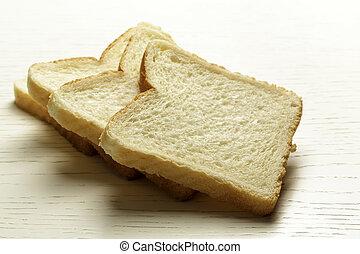 Toastbrot auf einer Tischoberfläche.