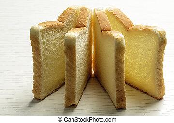 Toastbrot auf einer weißen Oberfläche.
