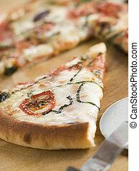 Tomaten-Mozzarella-Aubergin und Basilikum-Pizza