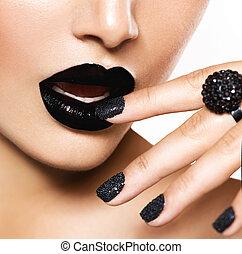 Trendy, schwarzer Kaviar und schwarze Lippen. Mode-Make-up
