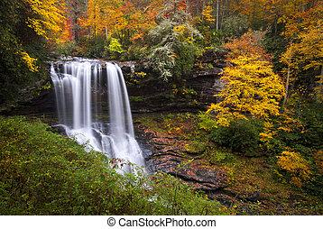 Trocken fällt Herbst-Wasserfalls-Highlands NC-Wald fallen in den Cullasaja-Schluchtbergen