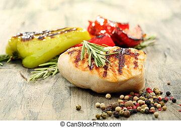Truthahnsteak mit Rosmarin und Paprika gebacken.