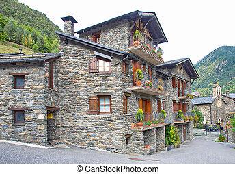 Typische, dunkle Backsteinhäuser Andorra.