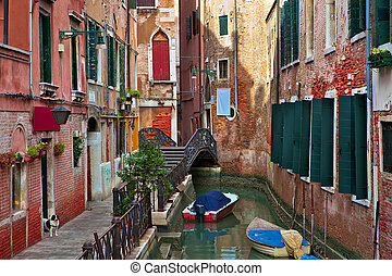 Typischer venetianischer Kanal unter dem alten Gebäude.