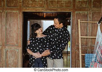 umarmungen, tür, frohes ehepaar, andere, jedes, schauen, front, stehende