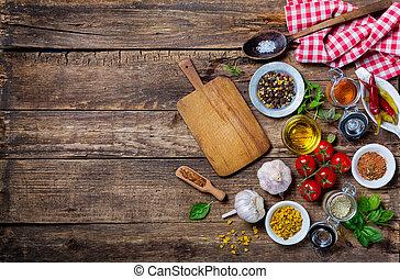Unangenehme Zubereitungen für Kochen und leeres Schneidbrett auf einem alten Holztisch
