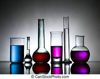 Verschiedene Laborflaschen voller farbiger Substanzen